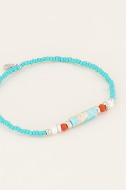 Armbandje met blauwe kralen