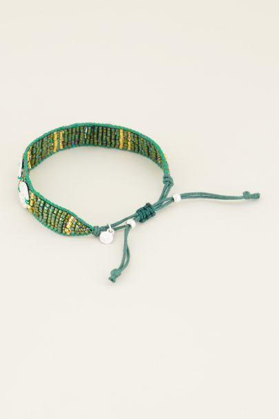 Grünes Armband mit Anhängern und Perlen