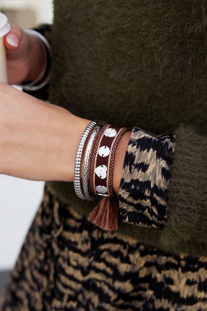 Bruine bohemian armband met zilveren bedeltjes