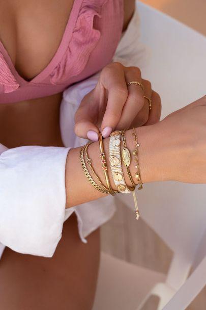 Beige kralenarmband met zilverkleurige bedels