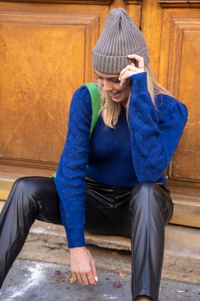 Donkerblauwe trui met ajour mouwen