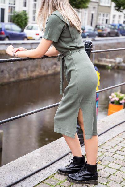 Donkergroene midi jurk met schouderstuk