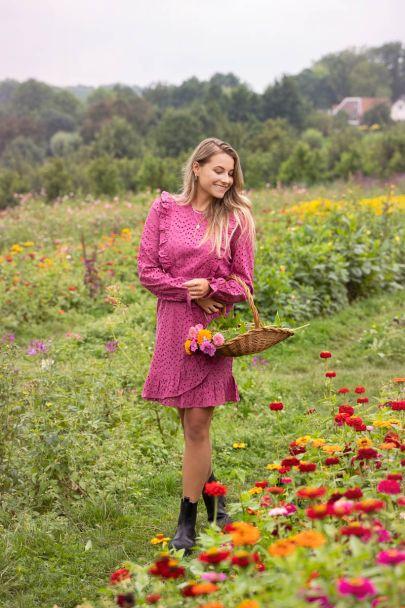 Fuchsia jurk met embroidery & ruffles