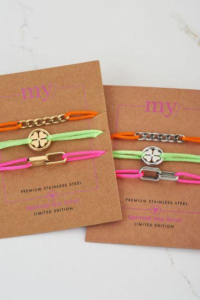 Gekleurde armbanden set bedels