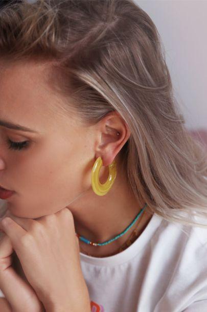 Gele grote oorringen