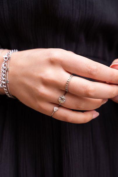 Zilverkleurige open initiaal ring