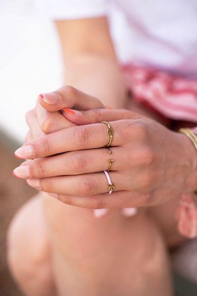 Initial ring met steentje