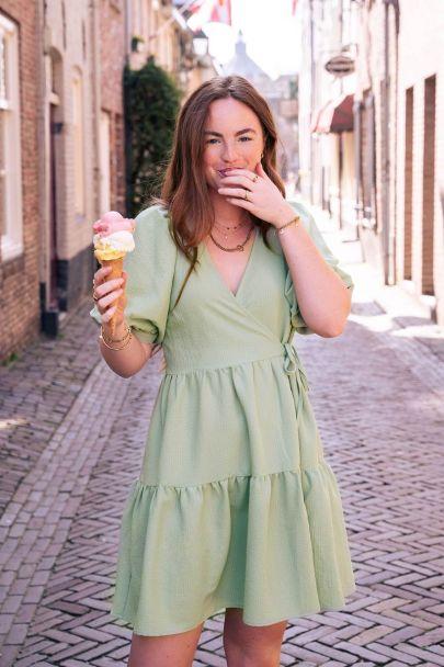 Mintgroene jurk met lagen en pofmouwen