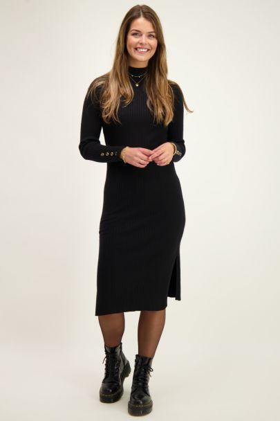 Schwarzes geripptes Kleid mit Rollkragen