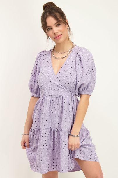 Lila jurk met lagen en pofmouwen