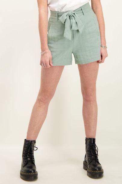 Groene short linnen look