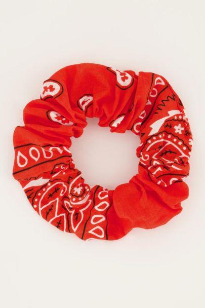 Roter Scrunchie mit Bandana-Print