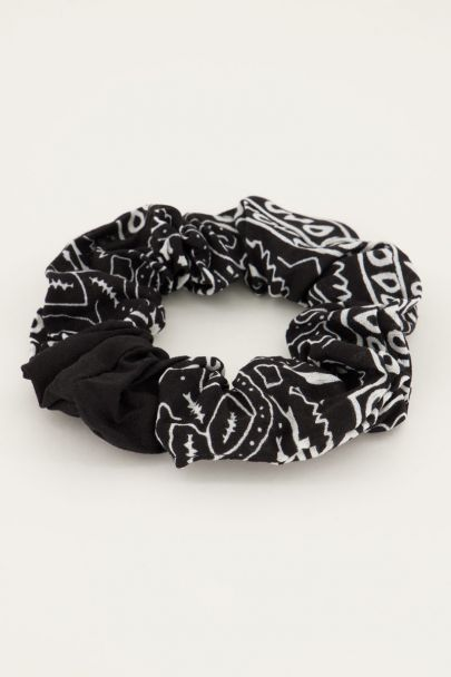 Schwarzes Scrunchie mit Bandana-Print