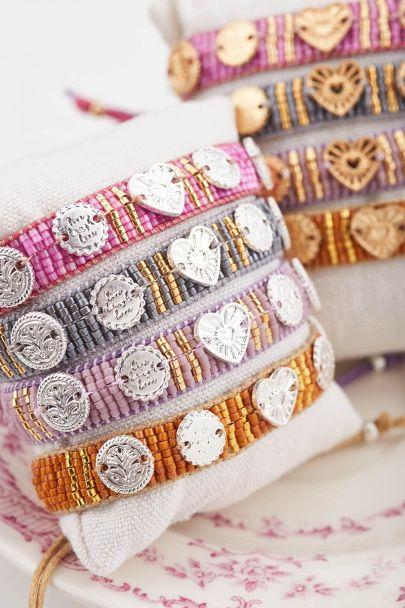 Oranges Armband mit Anhängern und Perlen