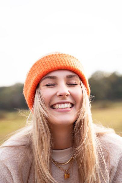 Orangefarbene Mütze