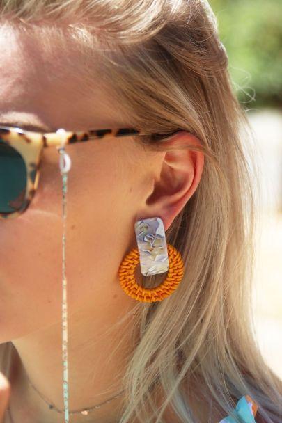 Oranje oorhangers bamboe & print
