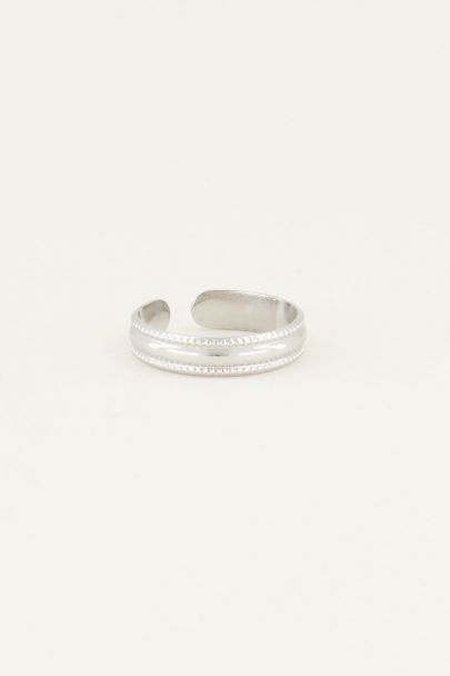Ring with pattern
