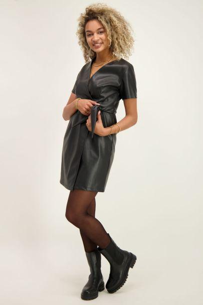 Zwarte leatherlook wikkeljurk