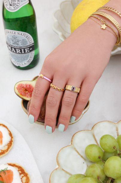 Brede ring met paarse steen