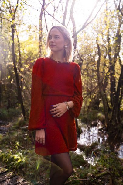 Rotes langärmliges Kleid mit Struktur