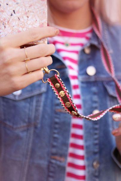 Telefoonkoord bruin-roze boho print & bedeltjes
