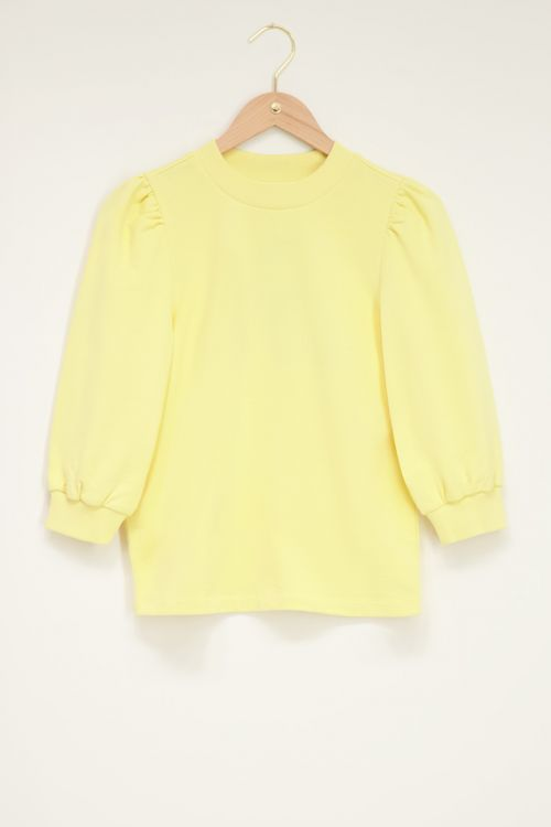 Gele sweater met korte pofmouw
