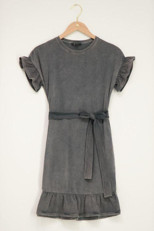 Grijze jurk met wassing & ruffles