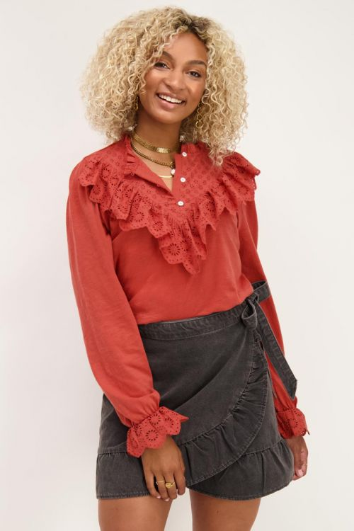 Roest top met embroidery & ruffles