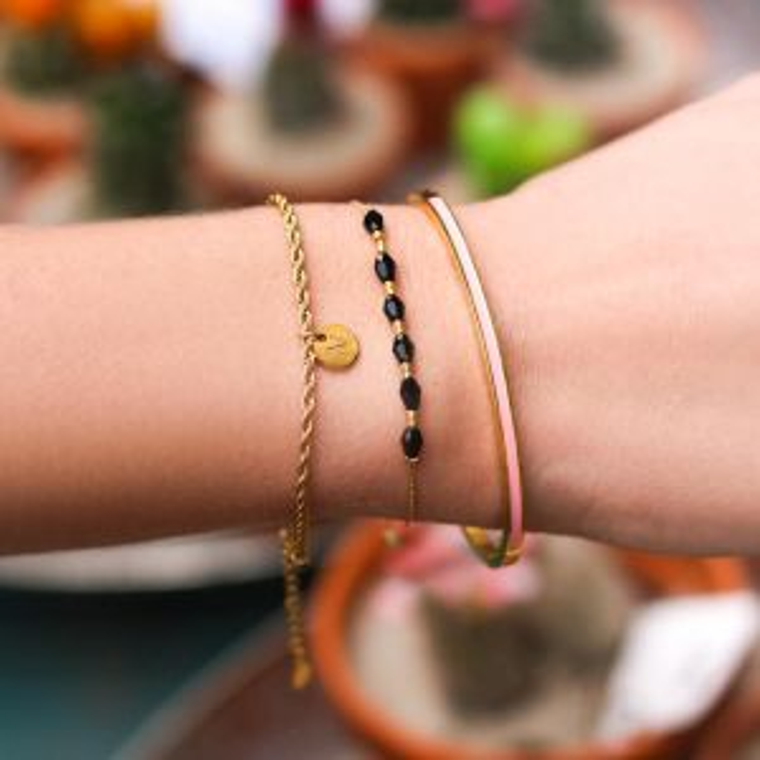 Zwarte armband met zes kralen