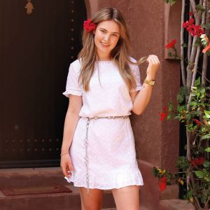 Witte geborduurde jurk met open rug