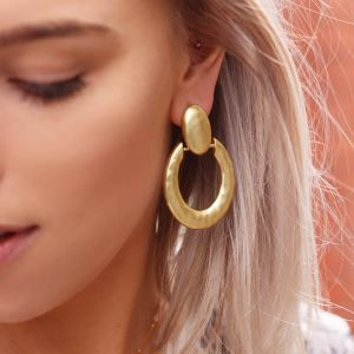 Goud kleurige statement oorhangers mat