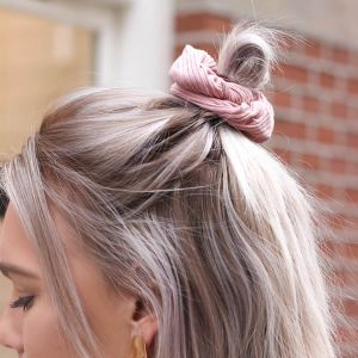 Roze scrunchie ribstof