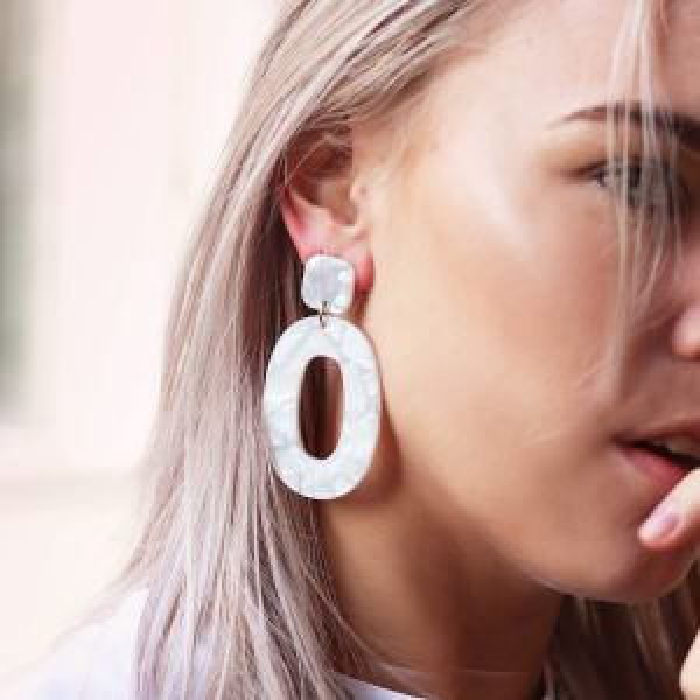 Witte statement oorbellen ovaal