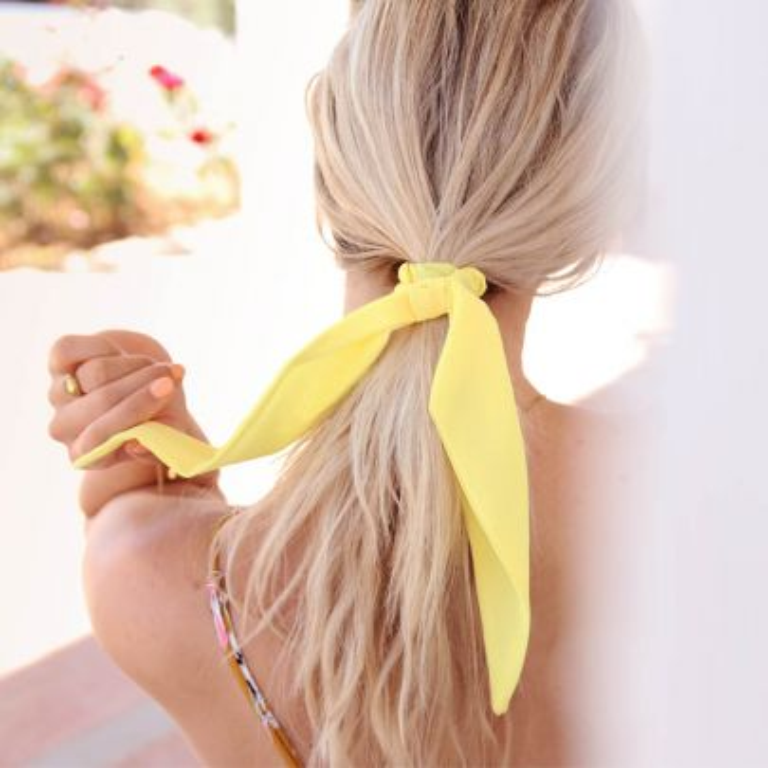 Gele scrunchie met lint